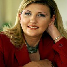 Pembe Hanım STK'da başkan olarak kanser hastalarına, ailelere ve yakınlarına destek vermek için özveri ile çalışıyor.